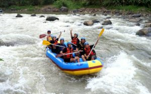 Lupakan Sejenak Shopping dan Nongkrong, Pacu Adrenalinmu dengan Rafting di Sungai Elo