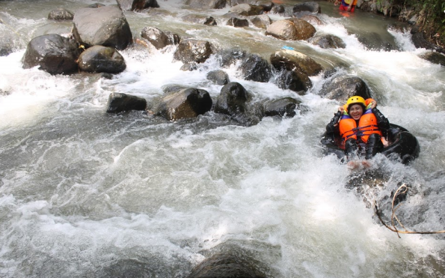 Melintasi Jeram Little Ubud River Tubing