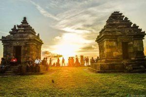 Candi Ijo dengan panorama sunset via eksotisjogjacom